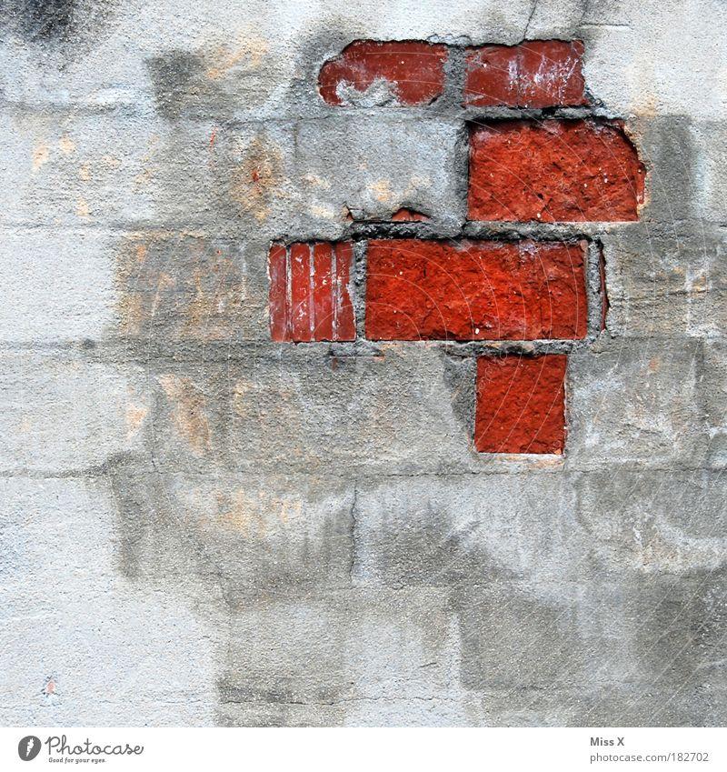 höhere Mächte befahlen....rechts oben rot zu malen alt rot Haus Wand Gebäude Stein Mauer Fassade trist Vergänglichkeit Bauwerk Backstein Detailaufnahme Verfall Ruine Isolierung (Material)