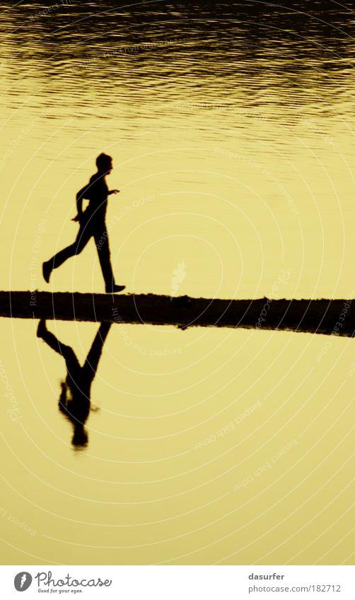 Grenzgänger Mensch Natur Wasser Sonne Sommer Erwachsene gelb Umwelt Sport Spielen Landschaft Freiheit Berge u. Gebirge springen Sand Luft