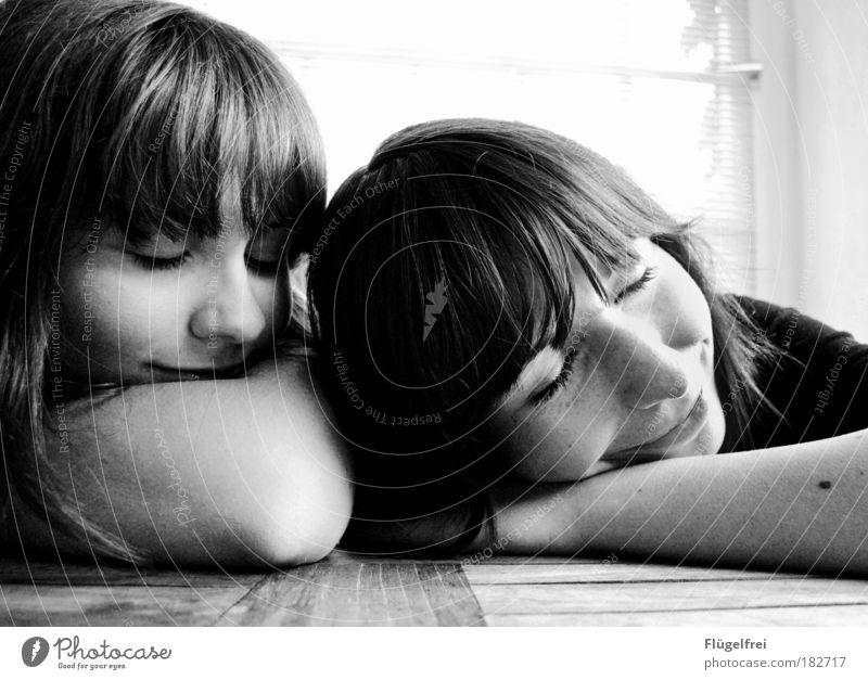2 for u, 1 for me feminin Schwester Mensch 18-30 Jahre Jugendliche Erwachsene träumen Geschwister Kontrast Lächeln schlafen Zusammensein genießen Zusammenhalt