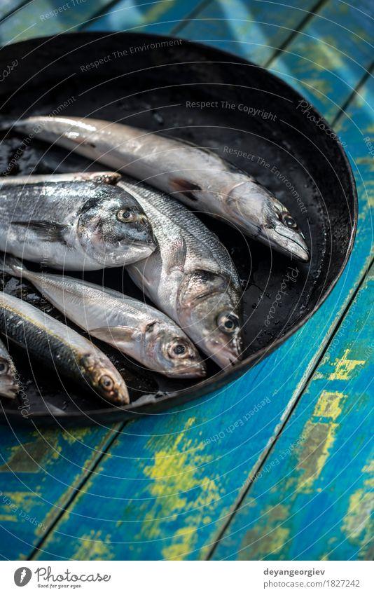 Roher Fisch. Dorade, Wolfsbarsch, Makrele und Sardinen Meeresfrüchte Mittagessen Pfanne frisch blau schwarz Brasse siehe Bass Zitrone roh Essen zubereiten