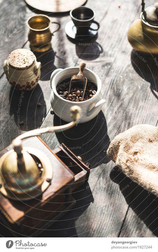 Vintage Kaffeemühle und Bohnen Holz alt dunkel natürlich retro braun schwarz Tradition Schleifmaschine altehrwürdig Mühle gebraten Café Koffein aromatisch