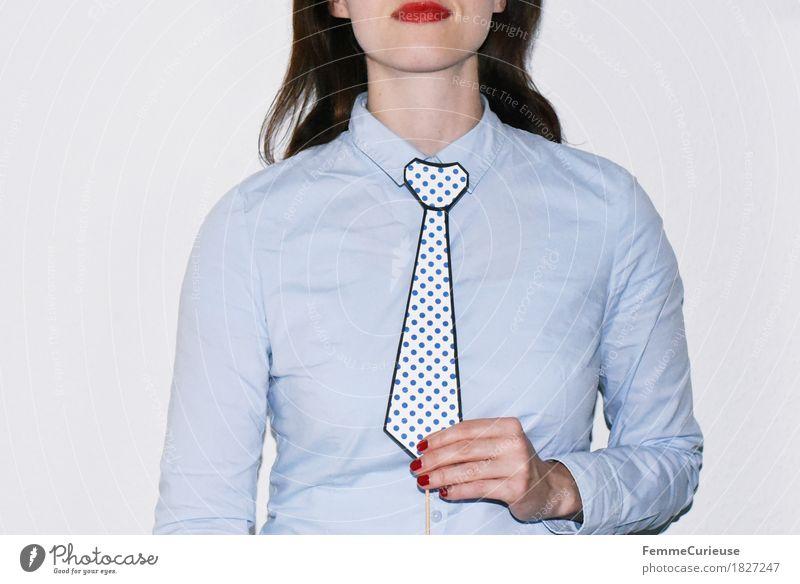Krawatte_1827247 feminin Junge Frau Jugendliche Erwachsene Mensch 18-30 Jahre Business ernst Geschäftsfrau maskulin Hemd Bluse hell-blau Karton Papier