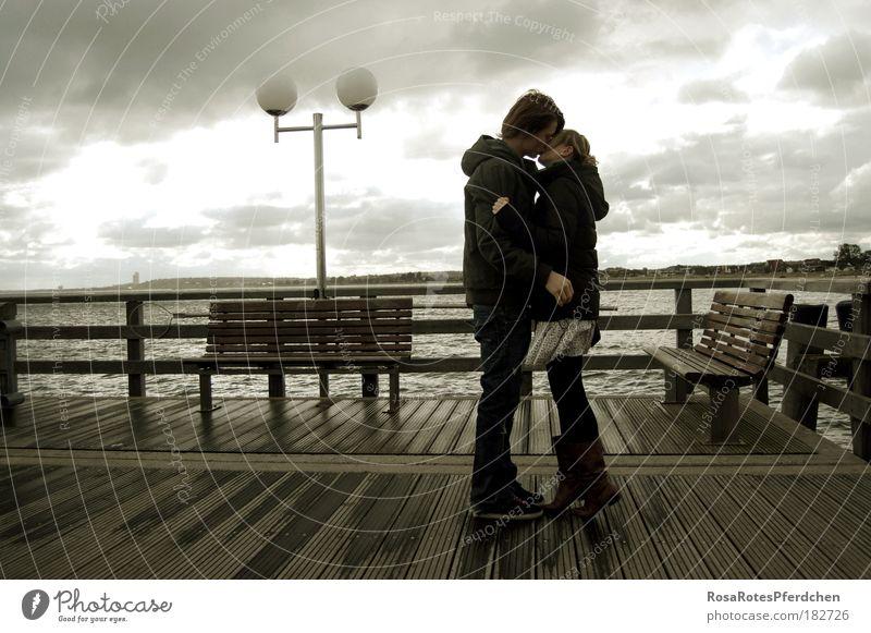 Ein Kuss bei Wind und Wetter Küssen Paar dunkel Wolken Himmel Lampe Meer Brücke Liebe Jugendliche Romantik Außenaufnahme Liebespaar Partnerschaft Vertrauen