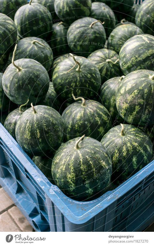 Wassermelonen in einer großen Kiste Frucht Dessert Ernährung Diät Sommer Natur frisch lecker natürlich saftig grün rot Markt Hintergrund Melonen süß organisch