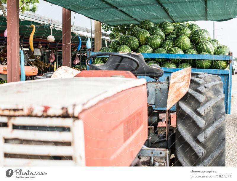 Wassermelonen im Anhänger eines Traktors Frucht Dessert Ernährung Diät Sommer Natur frisch lecker natürlich saftig grün rot Markt Hintergrund Melonen süß