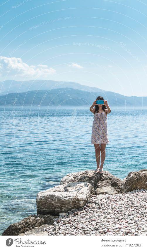 Frau, die Fotos mit Smartphone macht Lifestyle Freude Glück schön Ferien & Urlaub & Reisen Tourismus Sommer Strand Meer Telefon PDA Fotokamera