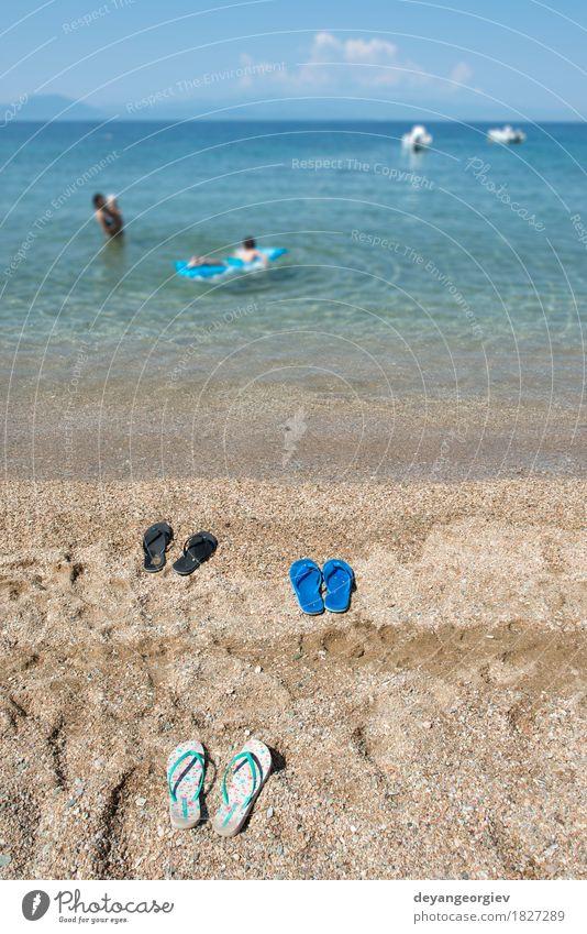 Hausschuhe im Sand am Strand Frau Himmel Natur Ferien & Urlaub & Reisen blau Sommer Meer Erholung Erwachsene Küste Tourismus Freizeit & Hobby Schuhe Paradies
