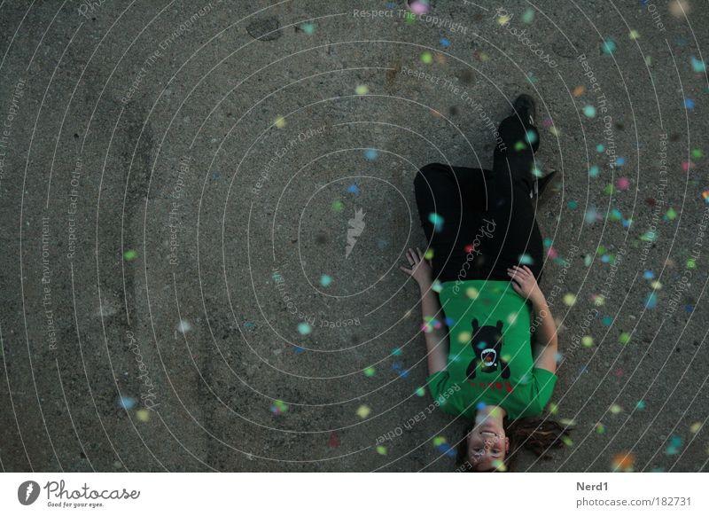 Bodenlage Frau grün oben lachen Zufriedenheit liegen Fröhlichkeit Boden T-Shirt 18-30 Jahre positiv Junge Frau Konfetti Gute Laune Partystimmung Partygast