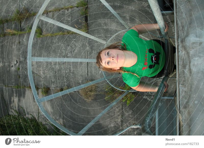 Gefangen Frau grün oben Haare & Frisuren Beginn Hoffnung T-Shirt festhalten Blick aufwärts 18-30 Jahre positiv Leiter Junge Frau Bekleidung Tatkraft