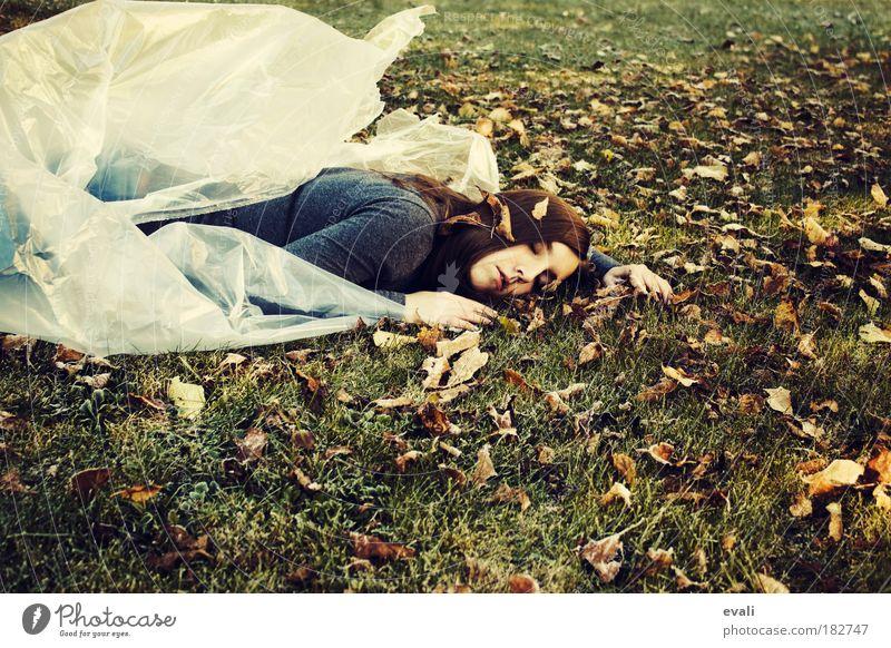 Erzwungener Winterschlaf Frau Mensch Jugendliche grün Blatt feminin Herbst Garten Gras Haare & Frisuren Erwachsene Park braun warten schlafen liegen