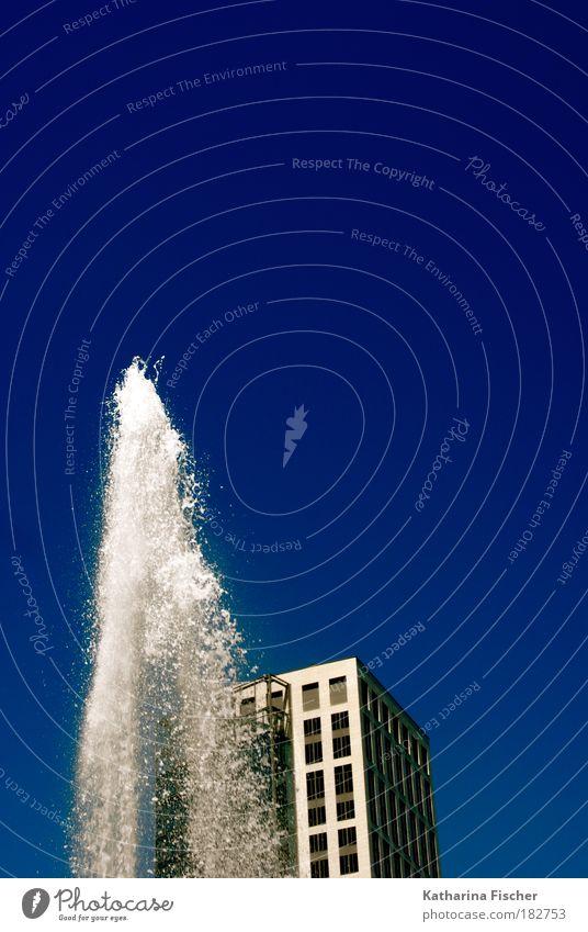 Summer in the City Umwelt Wasser Himmel Wolkenloser Himmel Sommer Frankfurt am Main Haus Hochhaus blau grau weiß Blauer Himmel Wasserfontäne Bürogebäude Kühlung