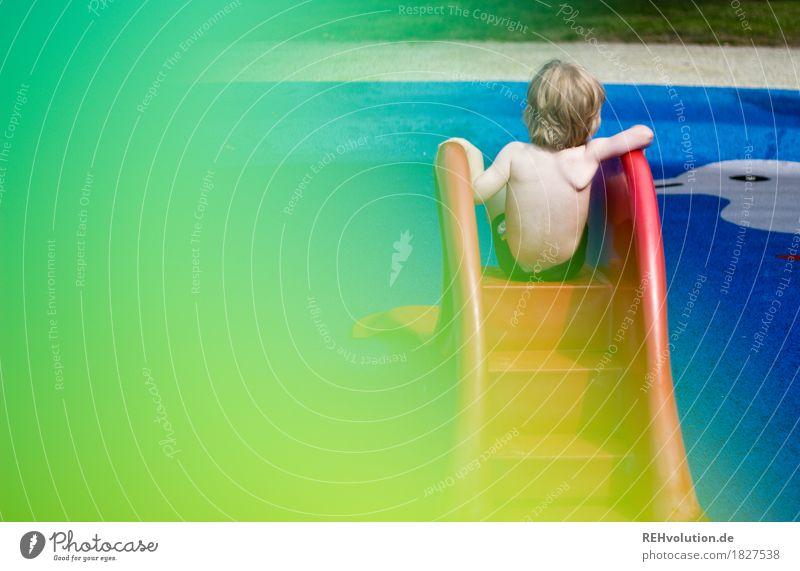 ein sommerbild Freizeit & Hobby Spielen Schwimmen & Baden Schwimmbad Mensch maskulin Kind Kleinkind Junge Rücken 1 1-3 Jahre Sonne Sonnenlicht Sommer Wasser