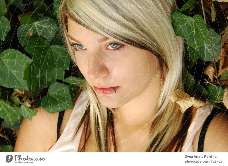 I caught myself Mensch Jugendliche grün Pflanze Blatt Farbe Gesicht feminin Gefühle Glück Traurigkeit blond glänzend außergewöhnlich authentisch leuchten