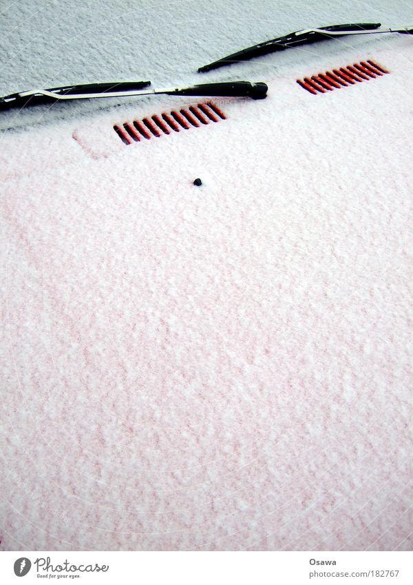 Textfreiraum mit Scheibenwischern PKW Winter Schnee Windschutzscheibe Motorhaube rot weiß grau Hochformat klare Sicht Eis kratzen Raureif kalt Glätte