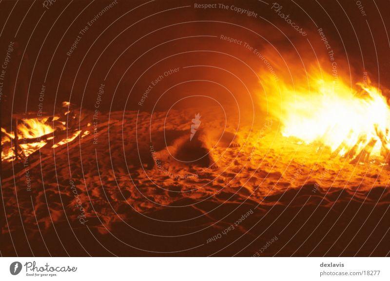 Trockenschwimmer Skulptur brennen Mann Nacht Strand Sand Brand liegen Traurigkeit