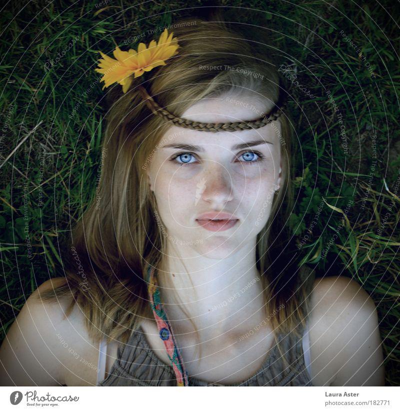 gipsygirl Mensch feminin Junge Frau Jugendliche 1 18-30 Jahre Erwachsene blond liegen Blick Stimmung Hoffnung Glaube schön Hippie Farbfoto Außenaufnahme Tag