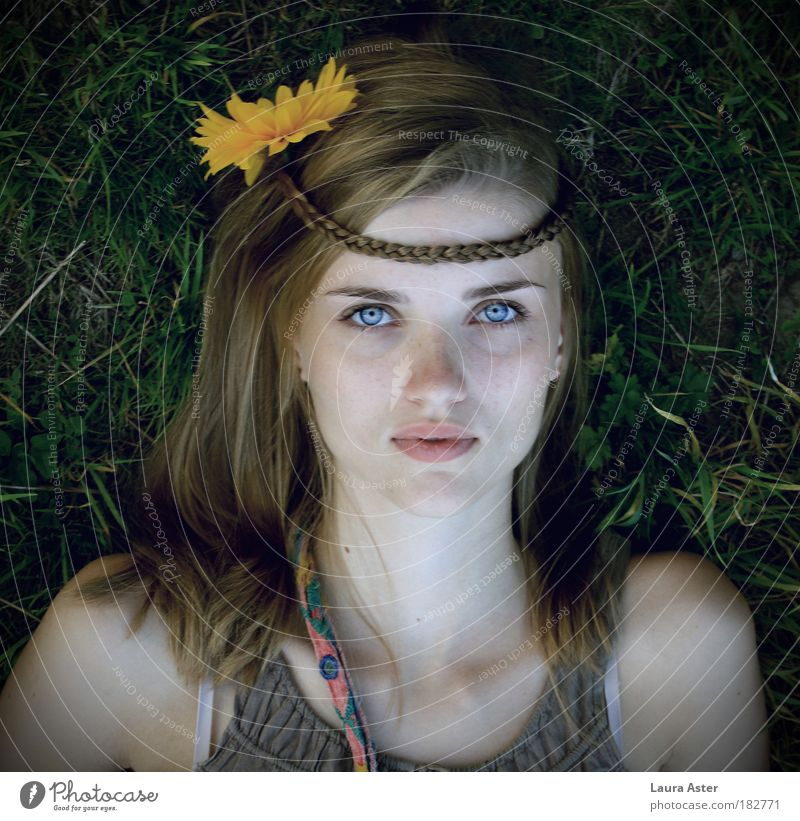 gipsygirl Mensch Jugendliche schön Erwachsene feminin Stimmung Frau blond liegen Hoffnung 18-30 Jahre Glaube Junge Frau Hippie