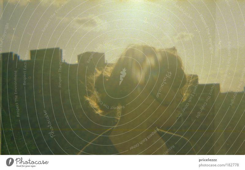 Über Steilshoop Frau Mensch Jugendliche Stadt Erwachsene Ferne Erholung feminin grau Wärme Lomografie Gebäude Denken natürlich hoch frei