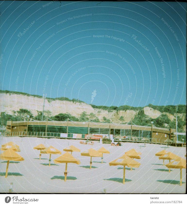Freie Platzwahl Natur Meer Einsamkeit ruhig Ferne Strand gelb Freiheit Sand Schönes Wetter Sonnenbad Wolkenloser Himmel Sommerurlaub Sonnenschirm Portugal