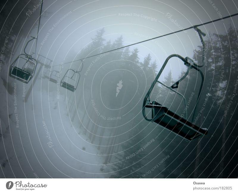Sessellift im Nebel Sesselbahn Seilbahn Personenverkehr Verkehr Wald Regen Schnee Wolken Dunst grau Monochrom trist Baum Berge u. Gebirge Alpen Skigebiet