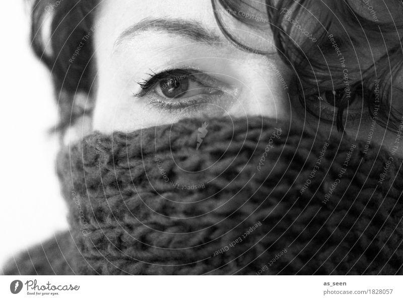 Cold Häusliches Leben Halloween Frau Erwachsene Gesicht Auge Augenbraue 1 Mensch Herbst Winter Schal frieren Blick kalt kuschlig weich Geborgenheit Müdigkeit