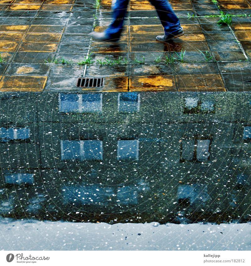 beat it Mensch Mann Bewegung Fuß Haus Vogelperspektive Regen Schuhe Beine Umwelt Erwachsene gehen laufen Hochhaus Fassade Jeanshose
