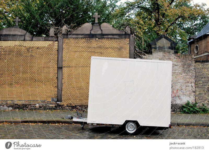Friedhofs Anhänger weiß Baum kalt Umwelt Straße Wand Traurigkeit Religion & Glaube Mauer Stein Metall Dekoration & Verzierung stehen leer Trauer ausdruckslos