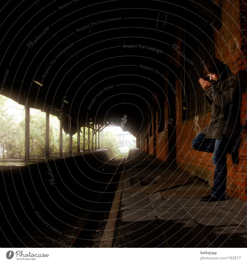 train spotting Mensch Mann Ferien & Urlaub & Reisen dunkel Traurigkeit warten Erwachsene Zeit Eisenbahn Dach Reisefotografie Ende Ziel Sehnsucht Station Bahnhof