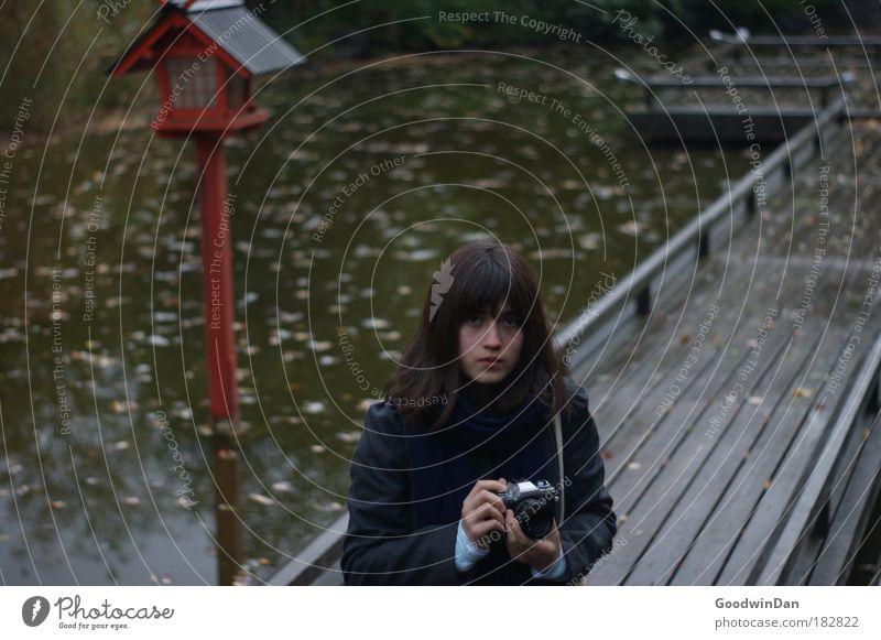 Herbstbeginn feminin 1 Mensch 18-30 Jahre Jugendliche Erwachsene Natur Wasser Park Mantel brünett Pony Farbfoto Außenaufnahme Schwache Tiefenschärfe