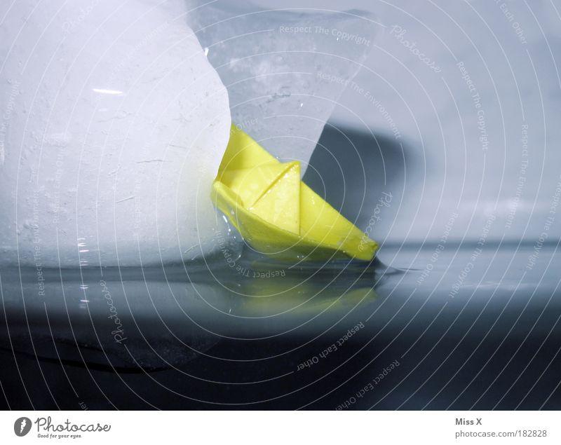 Titanic Unterwasseraufnahme Wasser Meer Freude kalt Schnee Spielen Eis Wasserfahrzeug Angst lustig Detailaufnahme Papier Frost Bad