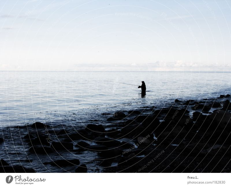 Angler Mensch Himmel Natur Mann blau Wasser Ferien & Urlaub & Reisen Meer Strand ruhig Erwachsene Küste grau Horizont Freizeit & Hobby warten