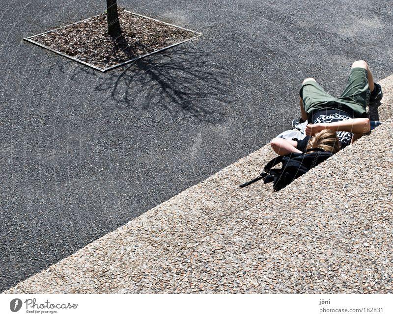 Im Schatten des Baumes? Mann Jugendliche Sonne Sommer Erwachsene Erholung Straße Herbst Wand grau Wärme Mauer träumen hell Park
