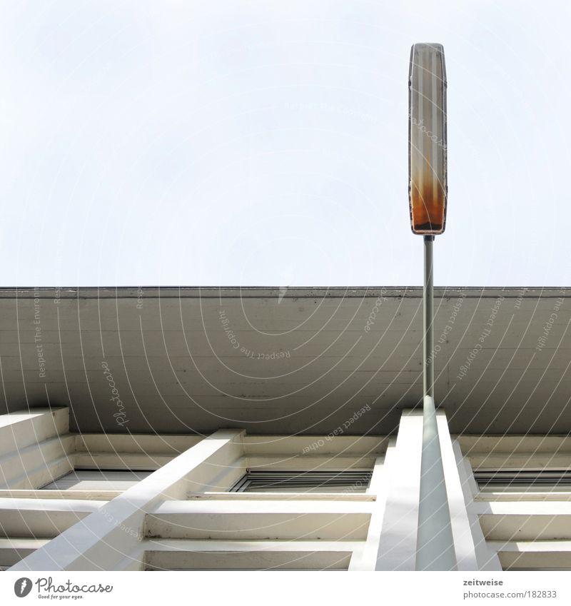 7:36 Uhr Farbfoto Außenaufnahme Textfreiraum oben Schatten Sonnenlicht Froschperspektive Blick nach oben Haus Himmel Schönes Wetter Bauwerk Gebäude Fassade
