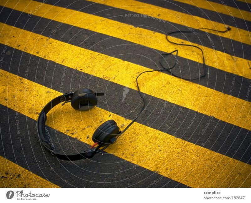 Dein nächster Party-Flyer gelb Straße Musik Tanzveranstaltung Streifen Kabel hören Kopfhörer Verbote Straßenkunst Entertainment laut elektronisch Techno