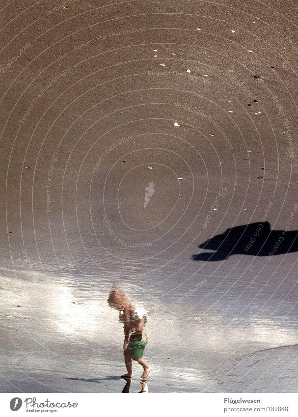 Wer baggert noch so spät am Baggerloch? Kind Junge Spielen Bewegung Reflexion & Spiegelung Glück Kraft Erfolg Perspektive Spielzeug Freizeit & Hobby