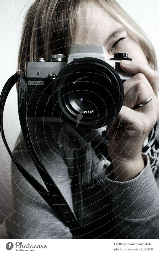 Zeig dich! Gedeckte Farben Innenaufnahme Tag Zentralperspektive Erholung Fotokamera Technik & Technologie feminin Junge Frau Jugendliche Kopf 1 Mensch