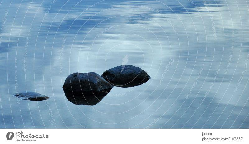 Steine im Wasser Farbfoto Außenaufnahme Textfreiraum oben Silhouette Wolken Seeufer blau grau Tag