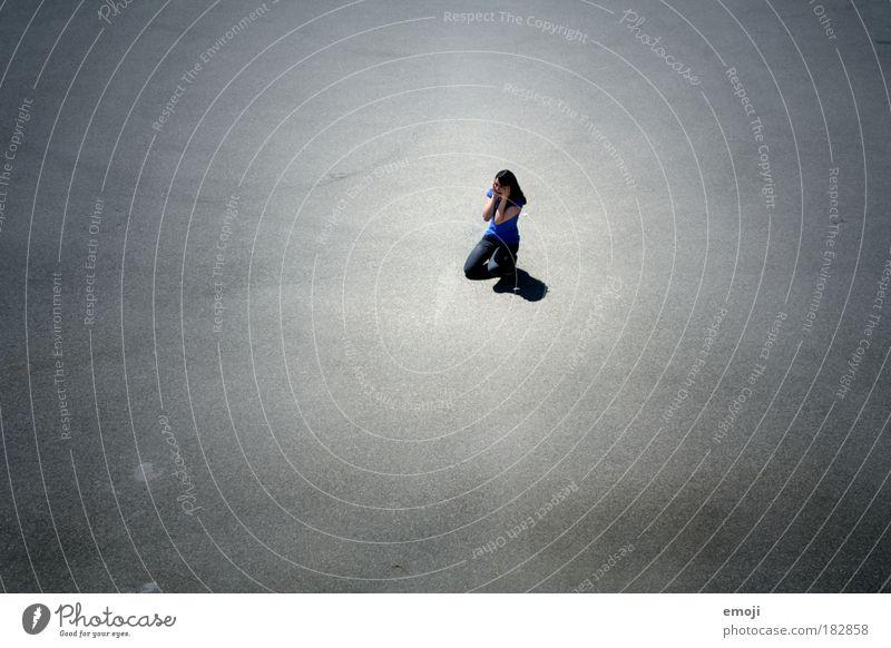 Platzangst Mensch Jugendliche blau schwarz Einsamkeit feminin Angst Erwachsene Frau bedrohlich Mitte Marktplatz Vignettierung knien
