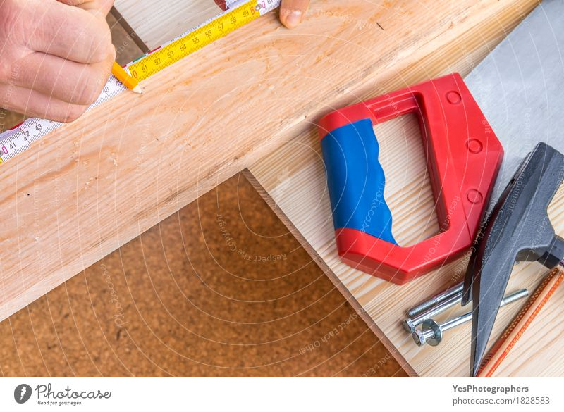 Holzbearbeitung und Werkzeuge Nahaufnahme Basteln Möbel Industrie Handwerk Hammer Säge Kreativität Tradition Aktion Kunstgewerbler Hintergrund Bauherr Zimmerer