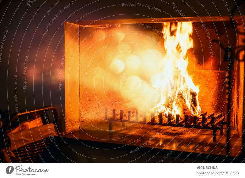 Feuer brennt in einem Kamin, Strahlungswärme Lifestyle Reichtum Design Winter Häusliches Leben Wohnung Innenarchitektur Wohnzimmer Wärme Holz gelb Energie