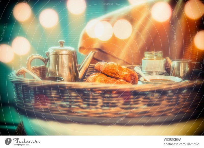 Frühstück mit Kaffee und Croissants Lebensmittel Ernährung Getränk Heißgetränk Kakao Geschirr Tasse Lifestyle Stil Design Häusliches Leben altehrwürdig