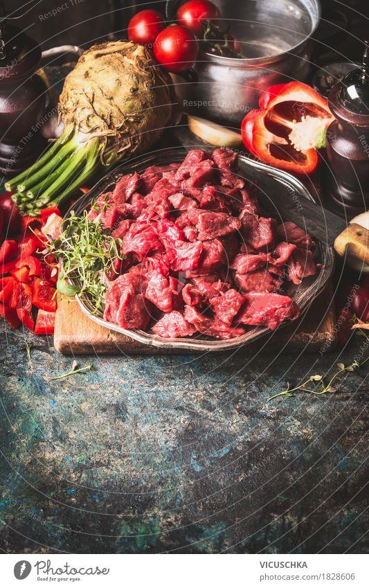 Rindergulasch mit Gemüse und Kochzutaten Lebensmittel Fleisch Suppe Eintopf Kräuter & Gewürze Ernährung Mittagessen Abendessen Bioprodukte Teller