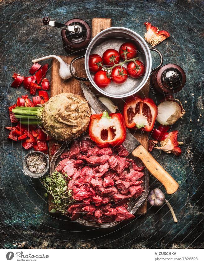 Rindfleisch Gulasch mit Gemüse und Kochen Zutaten Gesunde Ernährung Foodfotografie Stil Lebensmittel Design Tisch einfach Kräuter & Gewürze Küche Bioprodukte