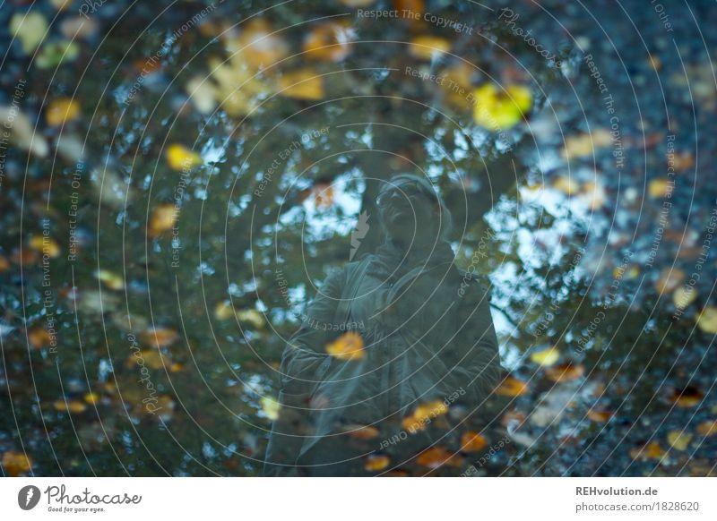 Jule | Pfützenspiegelung Mensch Natur Jugendliche Junge Frau Landschaft Blatt Wald 18-30 Jahre Erwachsene Umwelt kalt Traurigkeit Herbst feminin außergewöhnlich