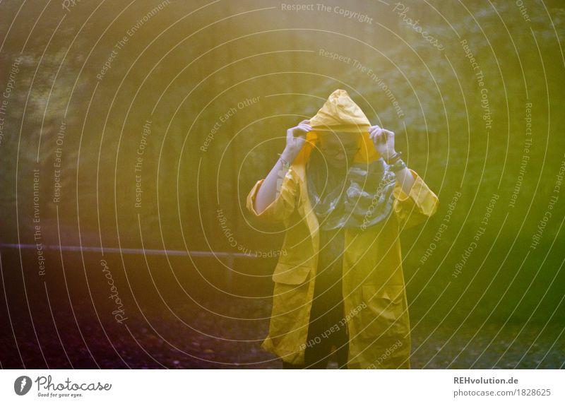Julia | im Regenmantel Junge Frau Jugendliche 1 Mensch 18-30 Jahre Erwachsene Umwelt Natur Herbst Wetter schlechtes Wetter Wald Mantel Regenjacke festhalten
