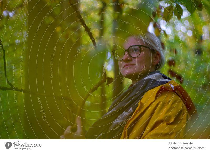 Jule | im Wald Freizeit & Hobby Ausflug Mensch feminin Junge Frau Jugendliche Erwachsene 1 18-30 Jahre Umwelt Natur Baum Jacke Regenjacke Brille blond