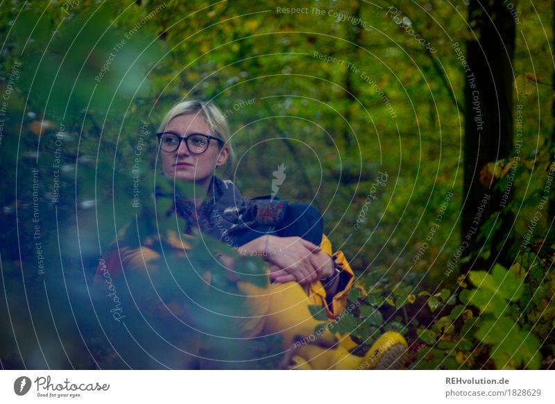 Jule | im Wald Mensch feminin Junge Frau Jugendliche 1 18-30 Jahre Erwachsene Umwelt Natur Pflanze Baum Sträucher Regenjacke Brille Gummistiefel blond