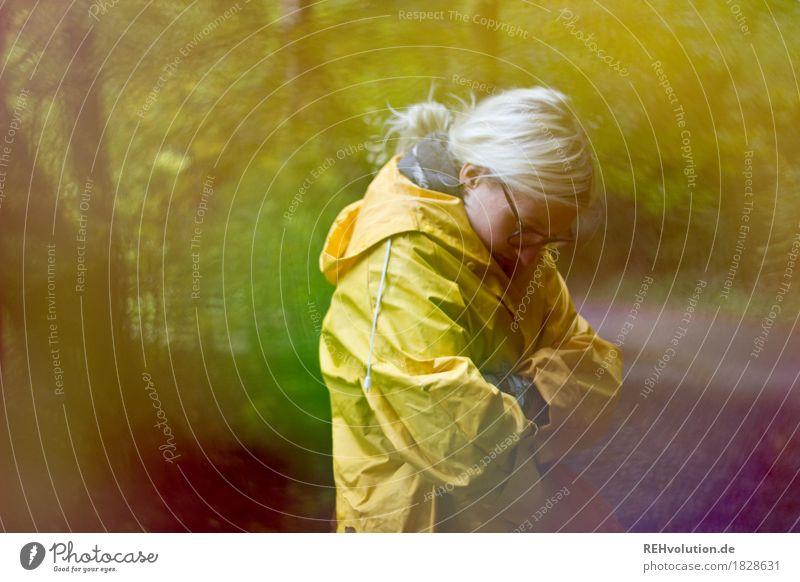 Jule | im Herbst Mensch Natur Jugendliche Junge Frau Landschaft Einsamkeit Wald 18-30 Jahre Erwachsene Umwelt kalt gelb Traurigkeit Wege & Pfade natürlich