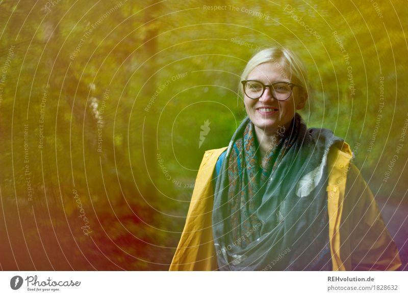 Julia | im Regenmantel Mensch Natur Jugendliche Junge Frau Baum Freude Wald 18-30 Jahre Gesicht Erwachsene Umwelt Herbst feminin Gesundheit Glück