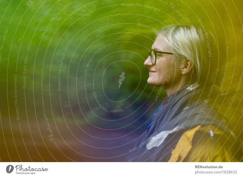 Jule | im Herbst Mensch feminin Junge Frau Jugendliche Gesicht 1 18-30 Jahre Erwachsene Umwelt Natur Wald Regenjacke Regenmantel Brille Lächeln Freundlichkeit